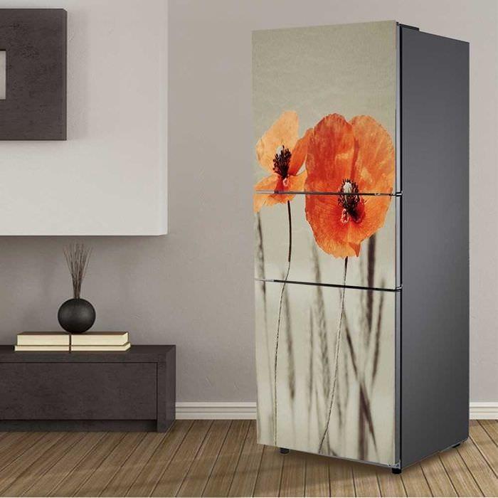 идея яркого декорирования холодильника на кухне