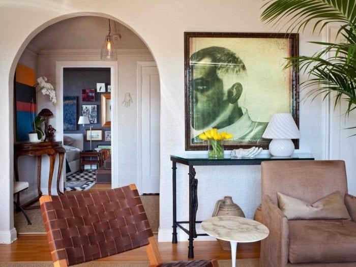 идея красивого декора гостиной с аркой