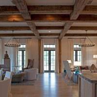 вариант красивого дизайна квартиры с декоративными балками фото