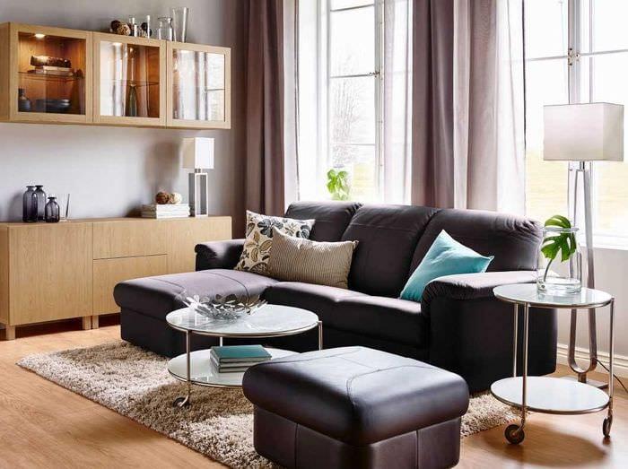 вариант современного декора спальни с диваном