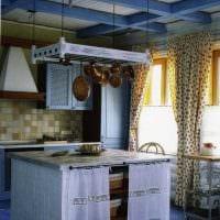 идея яркого интерьера квартиры с декоративными балками фото