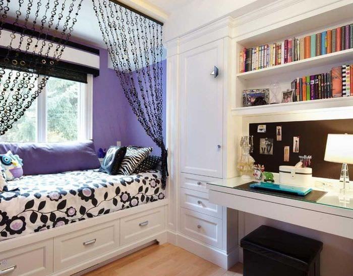 вариант яркого декора спальни для девочки