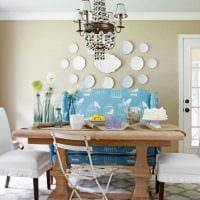 вариант современного дизайна комнаты с декоративными тарелками на стену картинка