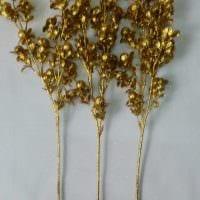 вариант красивого декора вазы с декоративными ветками фото