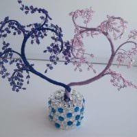 вариант оригинального интерьера вазы с декоративными цветами фото