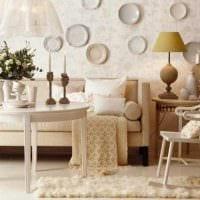 вариант яркого стиля гостиной с декоративными тарелками на стену картинка