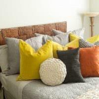 идея красивых декоративных подушек в интерьере гостиной картинка