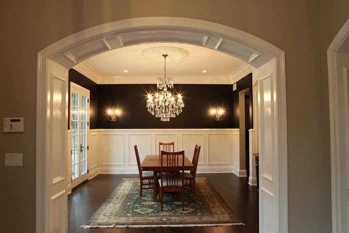 вариант красивого интерьера гостиной с аркой