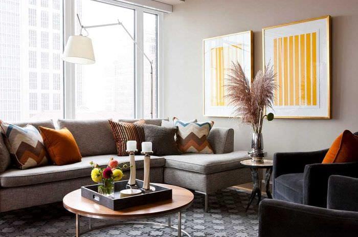 идея красивого декора гостиной с диваном