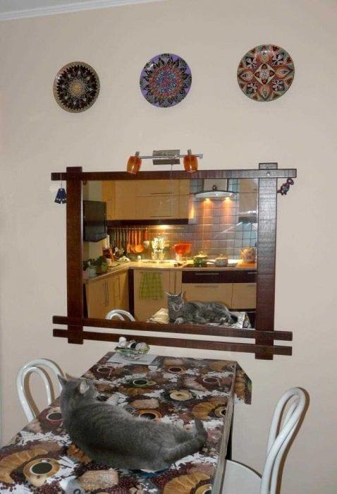идея оригинального дизайна спальни с декоративными тарелками на стену
