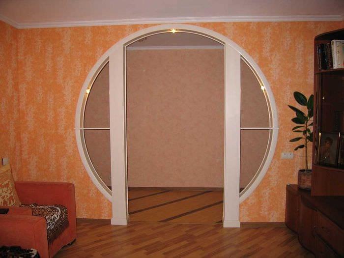 идея оригинального декора кухни с аркой