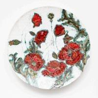 идея необычного оформления гостиной с декоративными тарелками на стену фото