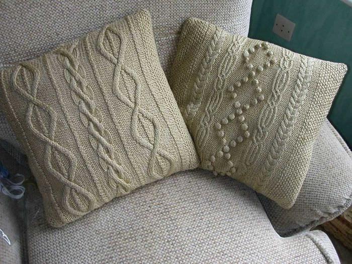 идея современных декоративных подушек в интерьере спальни