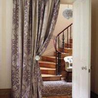 вариант оригинальных декоративных штор в дизайне комнаты фото