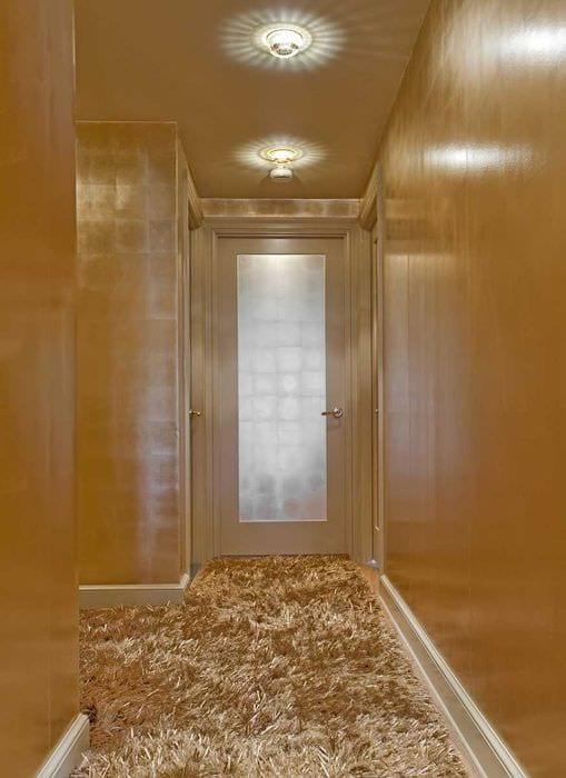 вариант яркого декора коридора