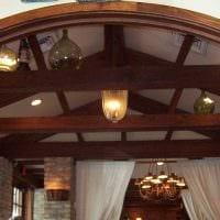 идея оригинального дизайна гостиной с декоративными балками картинка