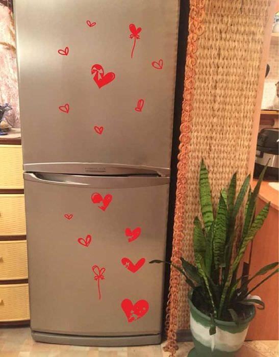 вариант необычного декорирования холодильника
