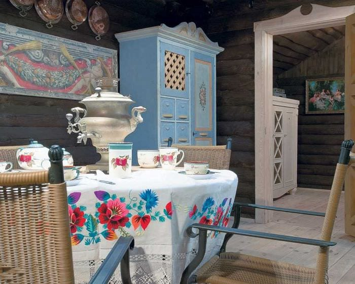 идея яркого стиля дома в деревне
