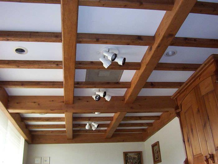 идея яркого интерьера гостиной с декоративными балками