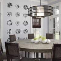 идея красивого интерьера комнаты с декоративными тарелками на стену фото