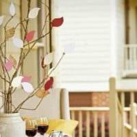 вариант красивого дизайна вазы с декоративными ветками картинка