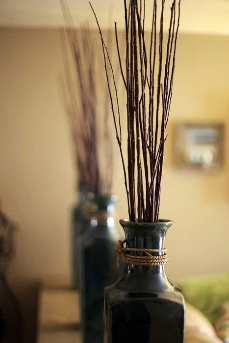 идея оригинального декора вазы с декоративными цветами