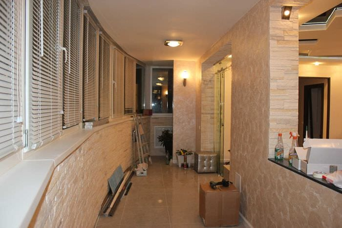 вариант яркого фасада квартиры с декоративной штукатуркой