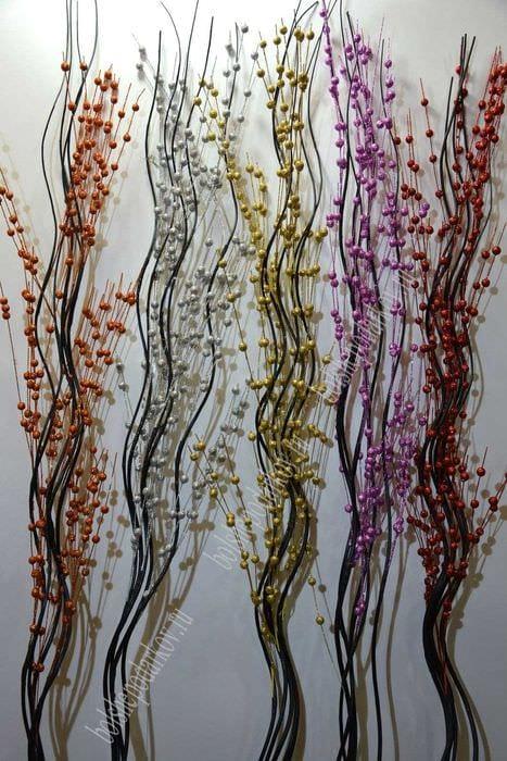 идея яркого интерьера напольной вазы с декоративными цветами