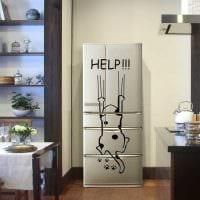 вариант красивого оформления холодильника на кухне фото