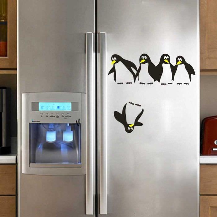 вариант яркого украшения холодильника на кухне