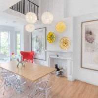 вариант яркого дизайна гостиной с декоративными тарелками на стену фото