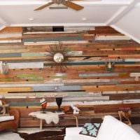 вариант яркого интерьера дома в дереве картинка