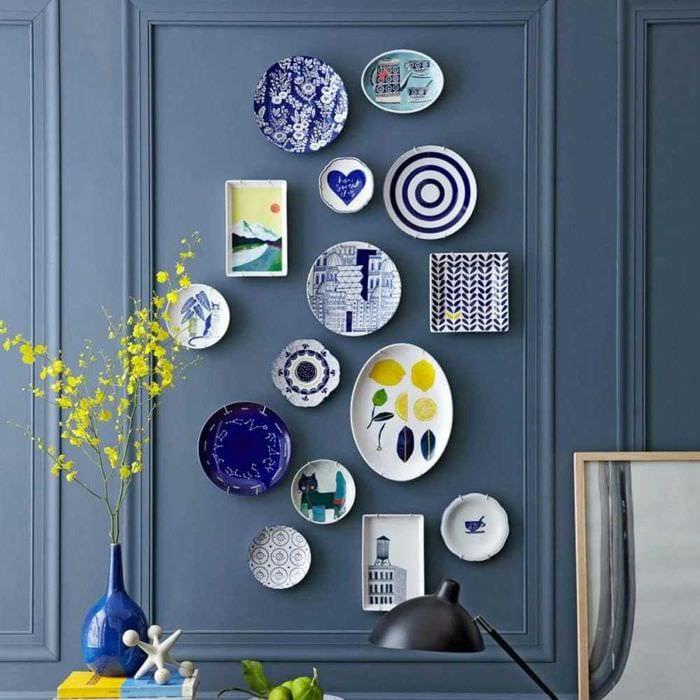 вариант оригинального интерьера комнаты с декоративными тарелками на стену
