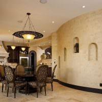 идея яркого интерьера комнаты с декоративной штукатуркой фото
