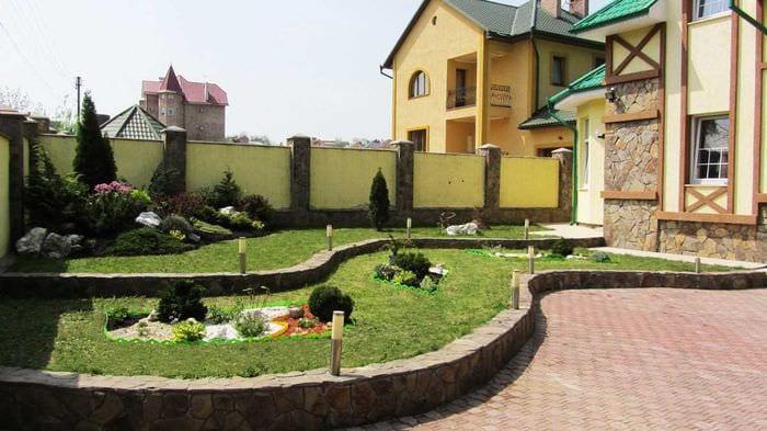 вариант необычного декорирования двора частного дома