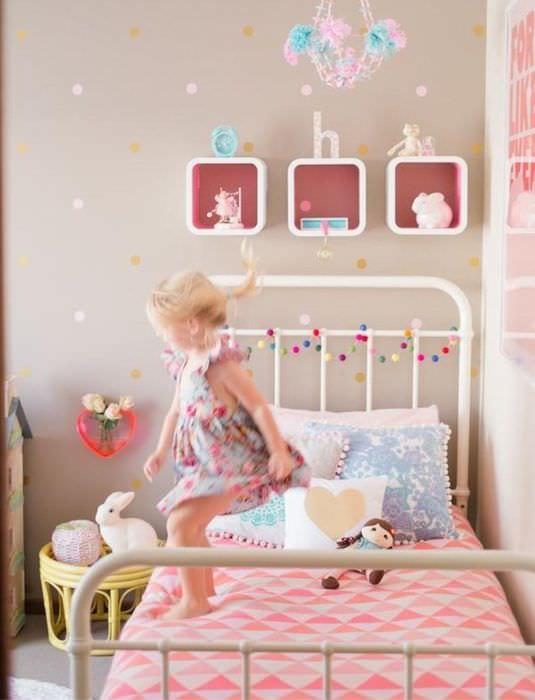 вариант необычного интерьера детской комнаты для девочки