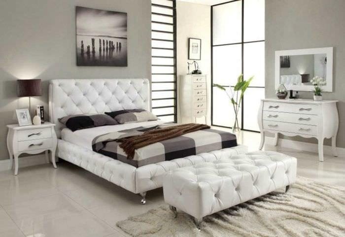 вариант современного интерьера спальни в белом цвете