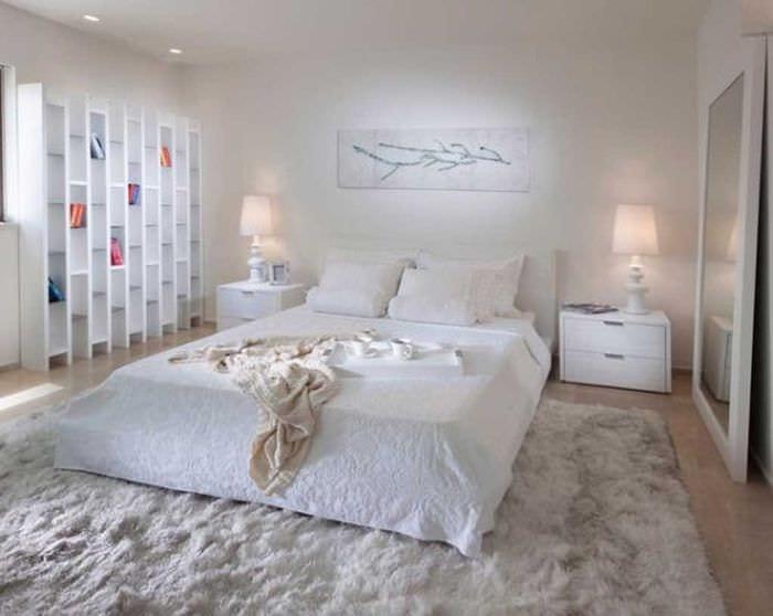 идея яркого дизайна белой спальни