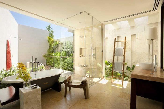 идея яркого дизайна ванной с окном
