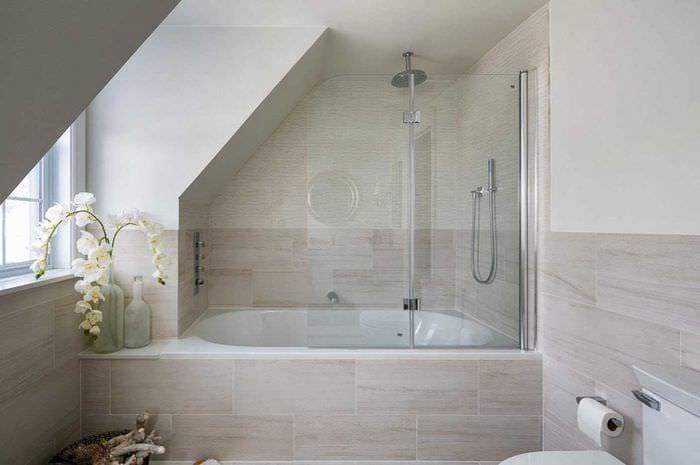 идея красивого интерьера большой ванной комнаты