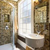 идея необычного стиля ванной комнаты с окном картинка
