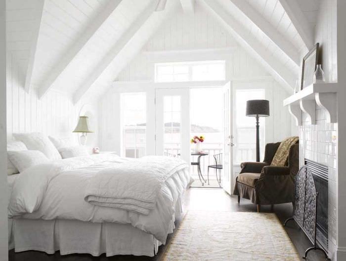 вариант яркого интерьера спальни в белом цвете