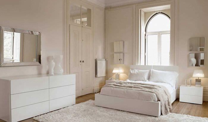 вариант красивого интерьера спальни в белом цвете