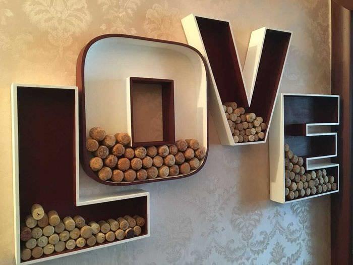 идея применения декоративных букв в интерьере спальни