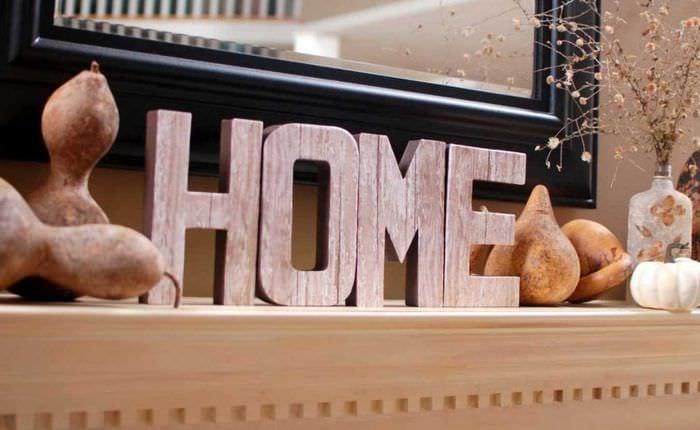 идея применения декоративных букв в стиле гостиной