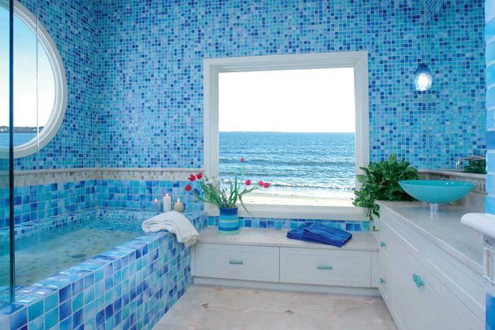 идея необычного интерьера ванной с окном