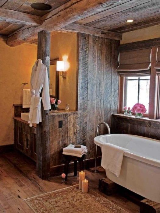 вариант яркого интерьера ванной в деревянном доме