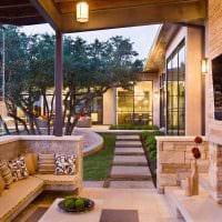 вариант современного украшения двора частного дома картинка