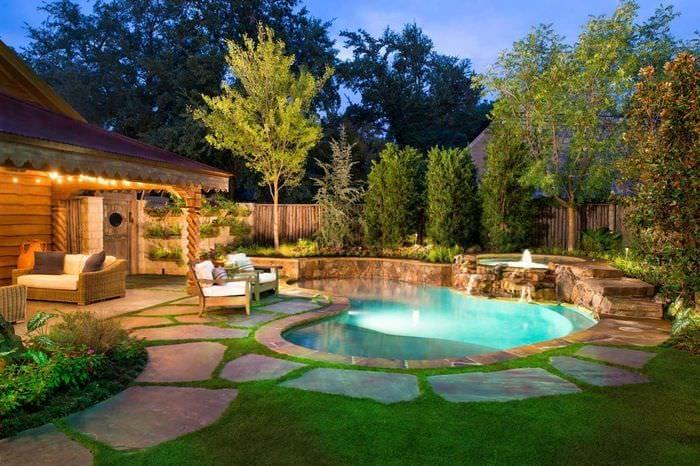 вариант красивого декорирования двора частного дома