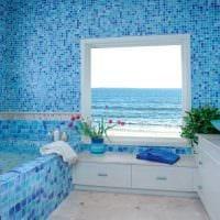 вариант красивого дизайна ванной комнаты с окном фото